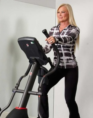 Theresa-Roemer-Working-Out-Eliptical-1wr-750x400